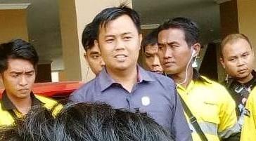 Wakil Ketua DPRD Mura Mariyanto saat berdialog dengan karyawan yang mengadu belum lama ini.