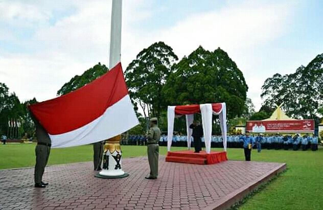 Bupati Kobar Hj Nurhidayah saat menjadi inspektur upacara ketika memperingati Hari Lahir Pancasila di halaman Kantor Bupati Kobar Sabtu (1/6).
