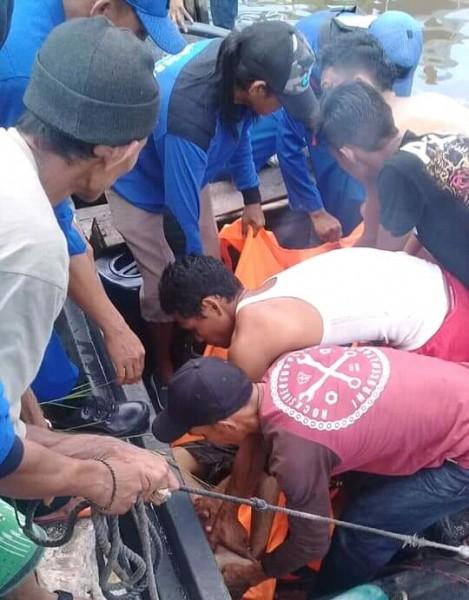 Warga saat mengevakuasi jasad korban seusai ditemukan Rabu (5/6).