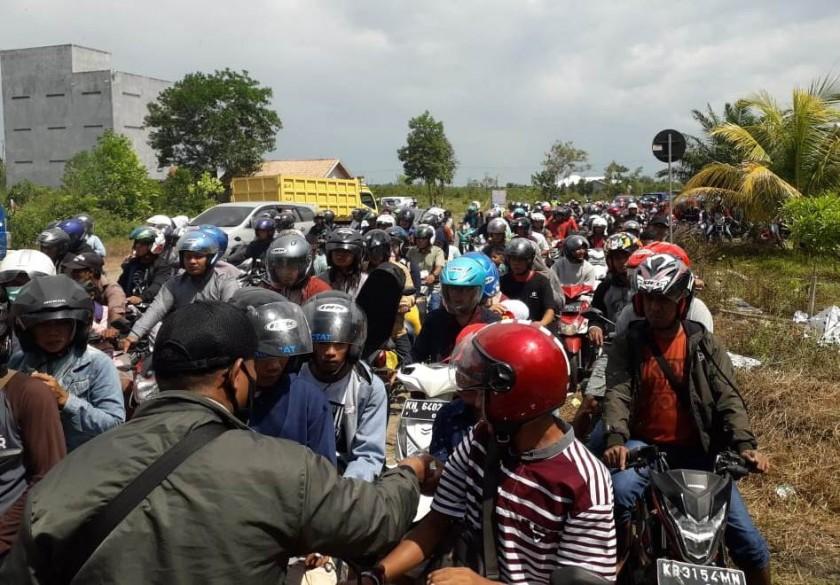 Para pengendara saat memadati ruas Jalan Pantai Kubu sehingga mengakibatkan kemacetan panjang Jumat (7/6).