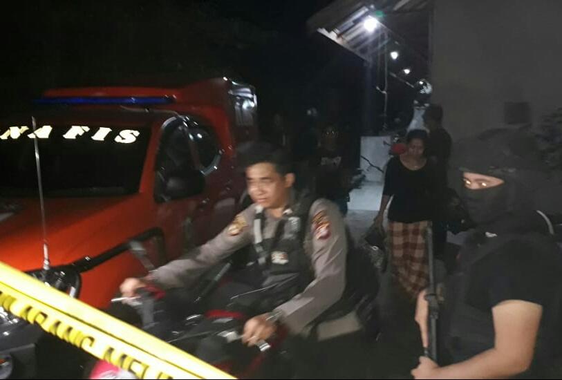 Anggota Polda Kalteng saat mengamankan lokasi barak di Jalan Pinus Permai III saat melakukan penggerebekan Senin (10/6) malam.