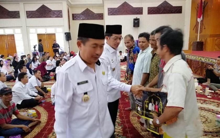 Wabup Mura Rejikinnor bersama Bupati Perdie M Yoseph saat meninjau Kecamatan Murung belum lama ini.