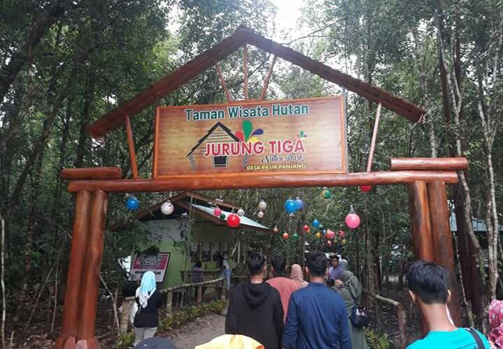 Warga saat mengunjungi salah satu destinasi wisata Kobar yakni Jurung Tiga di Desa Pasir Panjang setelah lebaran lalu.