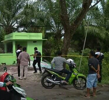 Anggota Polsek Ketapang saat melakukan olah TKP di lokasi kejadian Rabu (12/6/2019).