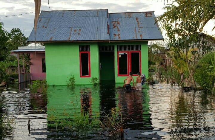 Rumah warga yang terletak di Gang Paus Kelurahan Baru saat direndam banjir Kamis (13/6/2019).