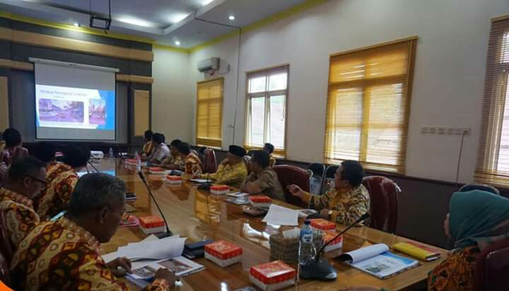 Bupati Kobar Hj Nurhidayah saat memimpin rapat Kamis (13/6/2019).