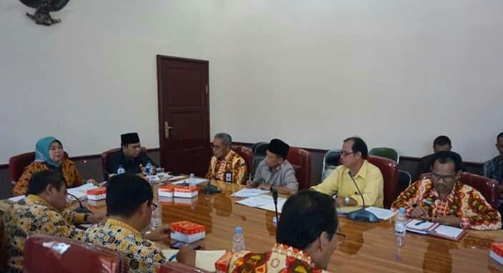 Bupati Kobar Kobar Hj Nurhidayah dan Wabup Ahmadi Riansyah saat memimpin rapat Kamis (13/6/2019).