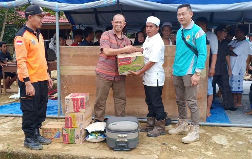 Camat Murung K Zen Wahyu Priyatna (baju biru) bersama pejabat dari instansi lainnya saat menyerahkan bantuan kepada korban kebakaran di Desa Mangkahui Jumat (14/6/2019).