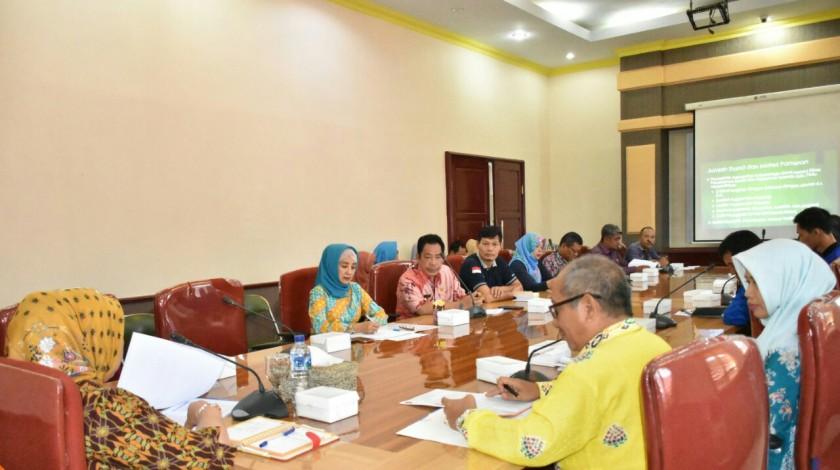 Bupati Kobar Hj Nurhidayah saat memimpin rapat koordinasi di ruang rapat bupati Jumat (14/6/2019).