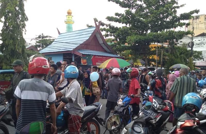 Ratusan penumpang saat keluar dari Pelabuhan Sampit Jumat (14/6/2019).