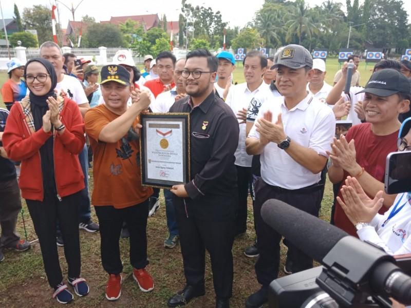 Gubernur Kalteng Sugianto Sabran saat menerima piagam Rekor Muri seusai kegiatan di Bundaran Besar Palangka Raya Minggu (16/6/2019).