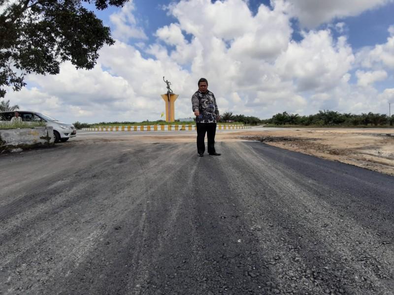 Plt Kadis PUPR Kobar Juni Gultom saat meninjau ruas jalan menuju kawasan Sport Center yang digenjot pembangunannya Senin (17/6/2019).