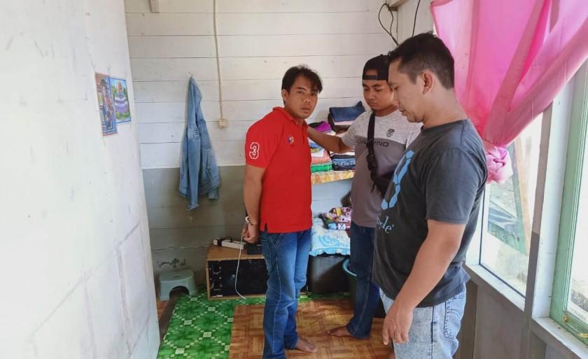 Tersangka saat diminta menunjukan TKP tempat ia menyetubuhi korban di rumah barakan yang ia tempati Senin (17/6/2019).