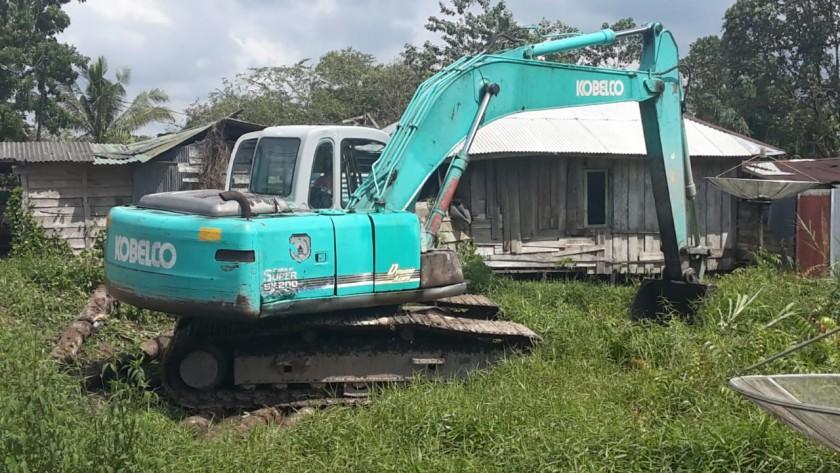 Dinas PUPR Kobar saat mengerahkan alat berat untuk mengeruk Sungai Tembaga, Selasa (18/6/2019).