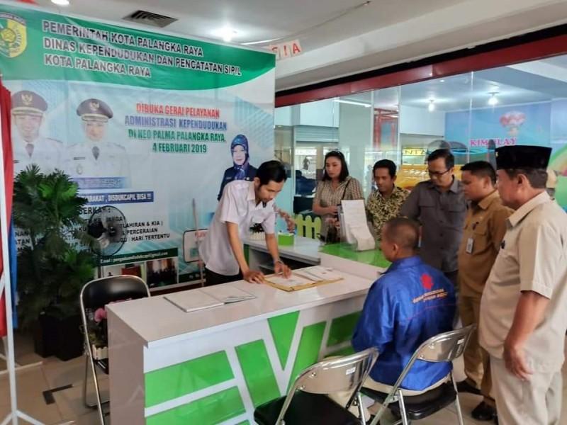 Anggota DPRD Kota Palangka Raya Beta Syailendra bersama anggota dewan lainnya saat mengunjungi Gerai Dukcapil belum lama ini.