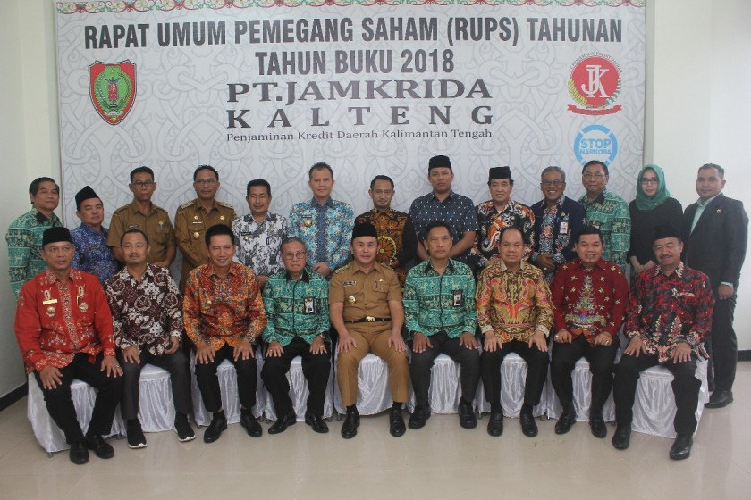 Pimpinan Jamkrida Kalteng dan Gubernur Kalteng Sugianto Sabran serta sejumlah pejabat dari daerah lainnya saat poto bersama seusai RUPS.