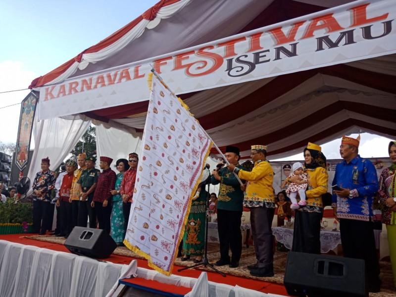 Gubernur Kalteng Sugianto Sabran dan Wakil Gubernur Habib Said Ismail saat melepas peserta Pawai FIBM Kalteng Selasa (18/6/2019).