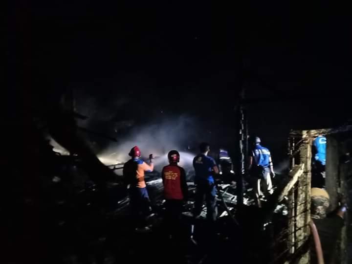 Petugas Damkar Kobar saat melakukan pemadaman di lokasi kejadian Selasa (18/6/2019).