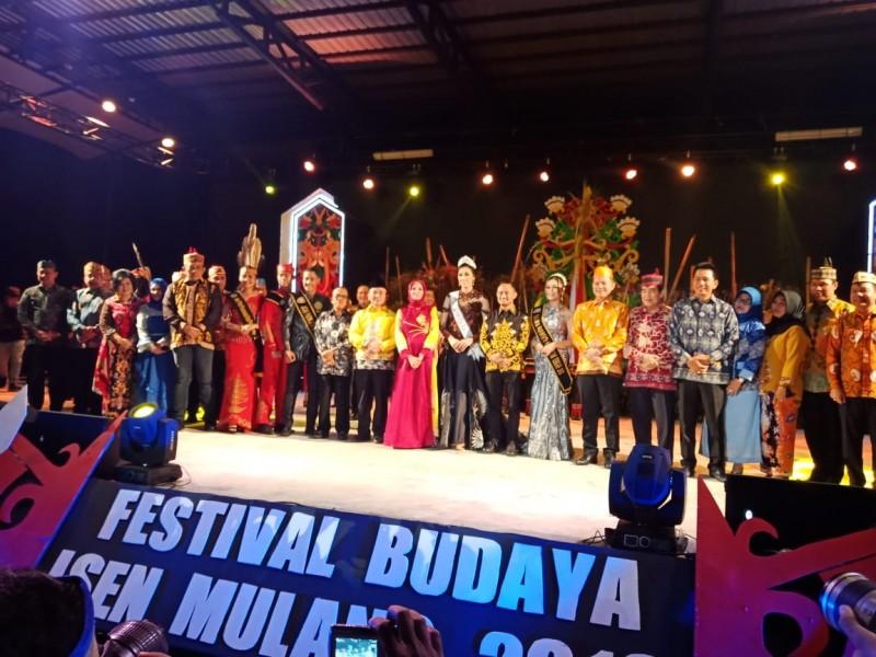 Gubernur Kalteng Sugianto Sabran saat poto bersama sejumlah pejabat dan perwakilan Kemenpar RI pada kegiatan pembukaan FBIM Kalteng Selasa (18/6) malam.