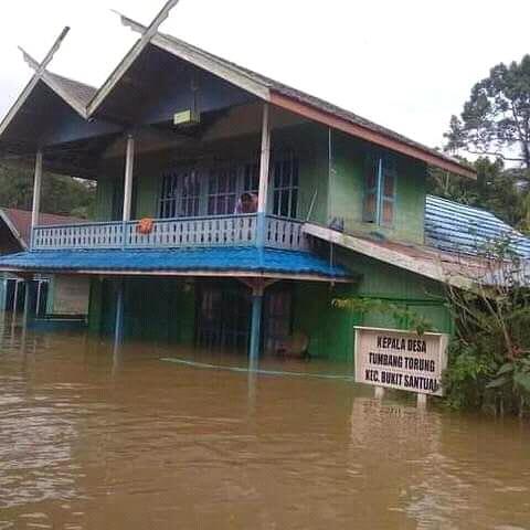 Kondisi air saat merendam rumah warga Desa Tumbang Torung Kecamatan Bukit Santuai, Rabu (19/6/2019).