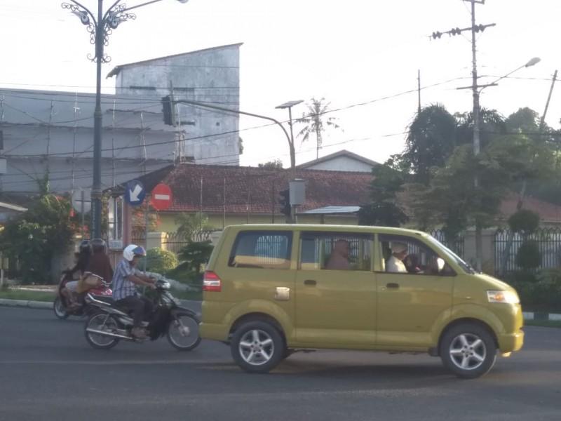 Sejumlah pengendara saat melintasi traffick light ruas jalan dalam Kota Pangkalan Bun Jumat (21/6/2019).