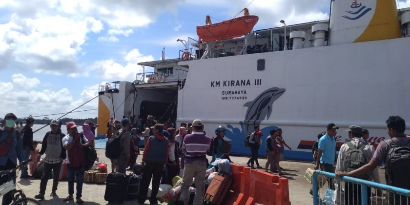 Sejumlah penumpang arus balik saat tiba di Pelabuhan Sampit Sabtu (22/6/2019).