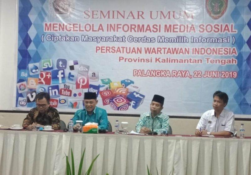 Sekda Kalteng Fahrizal Fitri didampingi Ketua PWI Kalteng Sutransyah dan Sekjen III PWI Pusat, Suprapto, saat menyampaikan sambutan dikegiatan seminar umum PWI Kalteng Sabtu (22/6/2019).