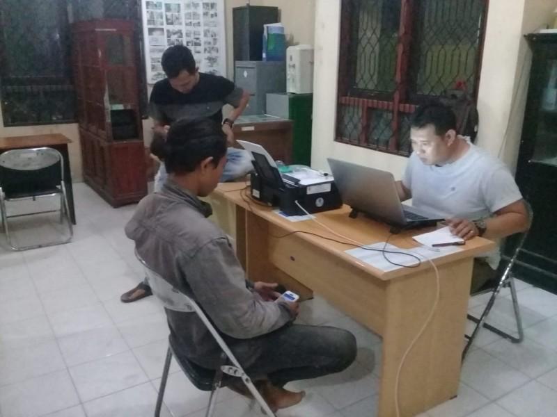 Pelaku saat menjalani pemeriksaan di Kantor Satpol PP Kobar Kamis (20/6).