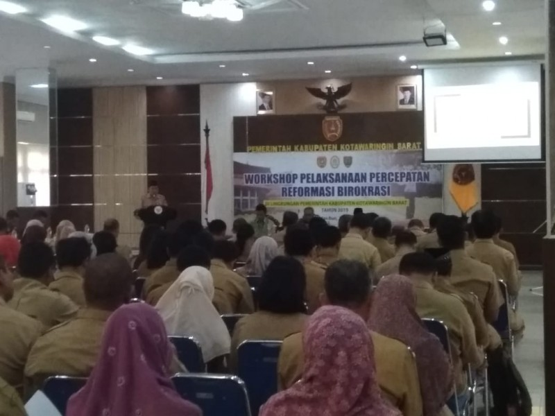 Para peserta workshop dari kalangan ASN saat serius mendengarkan pemaparan sambutan dari Sekda Kobar Suyanto Senin (24/6/2019).
