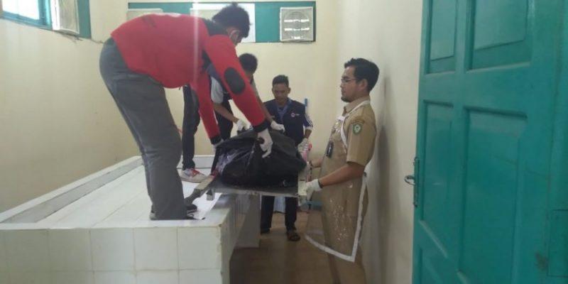 Jasad korban saat dievakuasi petugas PMI Kotim ke kamar mayat RSUD Murjani Sampit, Selasa (25/6/2019).