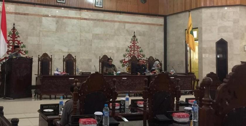 Ketua DPRD Kapuas Algrin saat memimpin rapat paripurna di Aula DPRD Kapuas Selasa (25/6/2019).