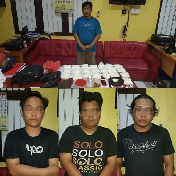 Keempat pelaku saat diamankan bersama barang bukti di Mapolres Kapuas, Selasa (25/6/2019).