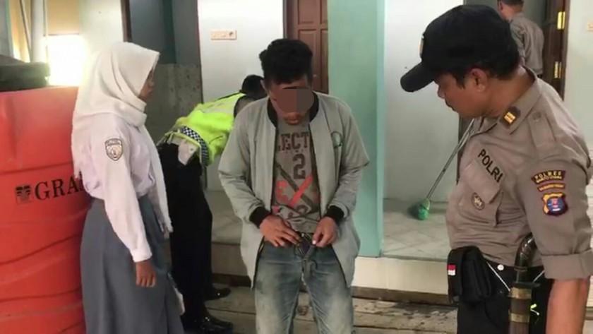 Anggota polisi saat memeriksa kedua pelaku, Selasa (25/6/2019).