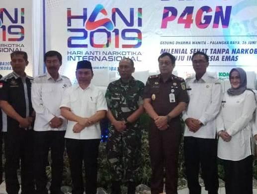 Kepala BNN Kalteng Brigjen Lilik saat poto bersama Gubernur Kalteng Sugianto Sabran dan pejabat lainnya, Rabu (26/6/2019).