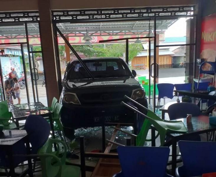 Mobil Hilux saat menabrak kaca depana kafe sehingga mengakibatkan kerusakan kaca dan meja kursi, Rabu (26/6/2019).