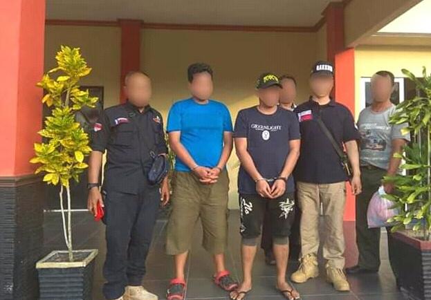 Petugas Gakkum saat menahan dua tersangka perdagangan burung dilindungi, Rabu (26/6/2019).