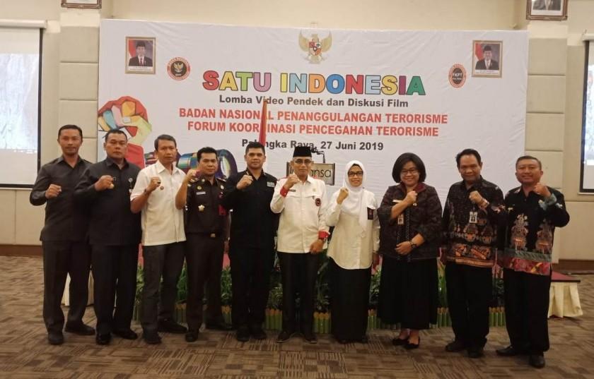 Staf Ahli Gubernur Bidang Pemerintahan,  Hukum dan Politik, Endang Kusriatun saat poto bersama seusai kegiatan Kamis (27/6/2019).