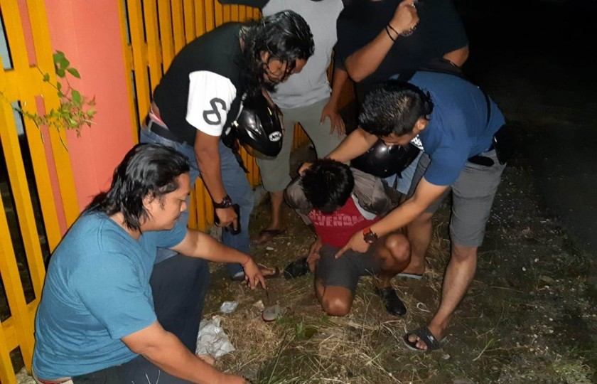 Anggota Buser Polres Barsel dan Polsek Dusel saat meringkus pelaku, Rabu (26/6) malam.
