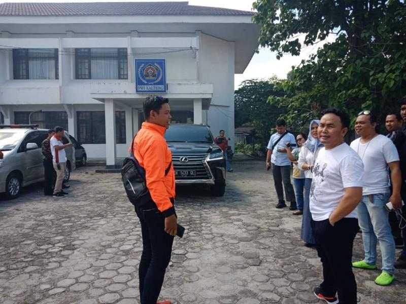 Gubernur Kalteng Sugianto Sabran saat berada di halaman Kantor PWI Kalteng saay mengunjungi kantor setempat Jumat (28/6/2019).
