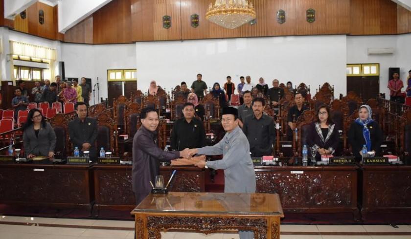Ketua DPRD Kapuas Algrin saat menerima raperda dan lampiran pertangungjawaban pelaksanaan APBD 2018, Sabtu (29/6/2019).