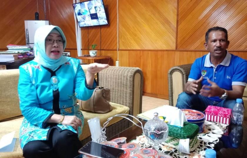 Kepala Disperindag Kalteng, Aster Bonawaty didampingi Kepala Seksi Ekspor Impor, Said Zainudin saat memberikan keterangan kepada awak media di ruang kerjanya, Jumat (21/6/2019).