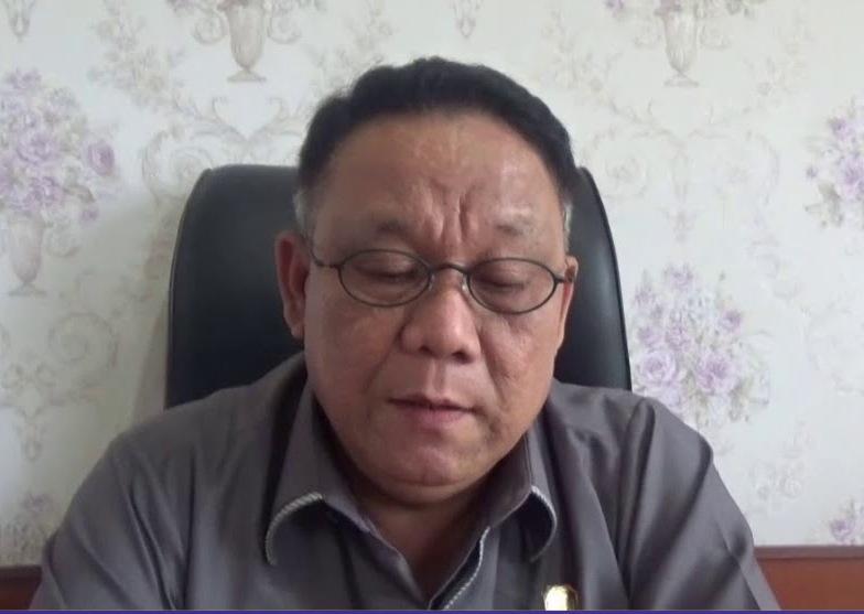 Ketua DPRD Mura Gad F Silam saat memberikan keterangan kepada awak media.