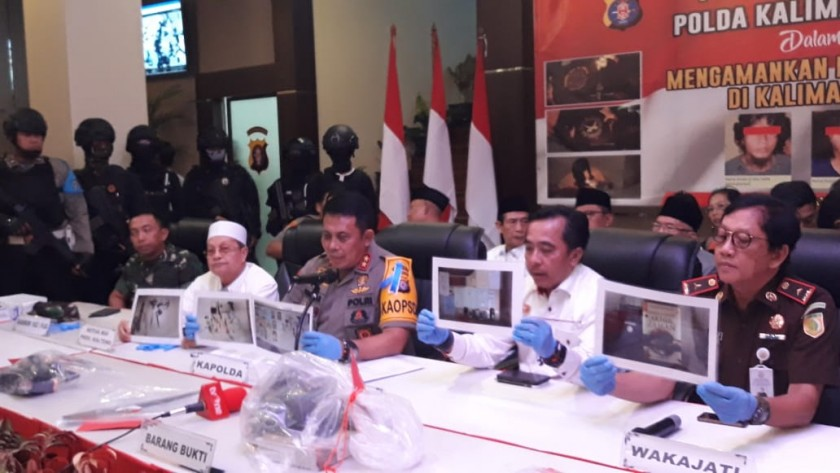 Kapolda Kalteng Irjen Anang Revandoko saat memberikan keterangan kepada awak media, ketika menggelar konfrensi pers Selasa (11/6).