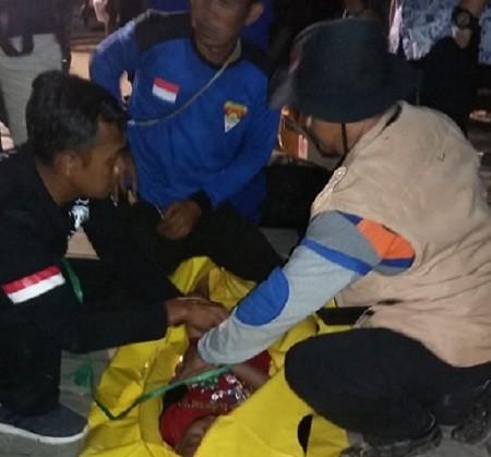 Salah satu anak korban bernama Rafi (3,5) saat ditemukan tim gabungan dan dievakuasi ke daratan Kamis (4/7) malam. Pencarian hari kedua, dua korban tersisa belum ditemukan.