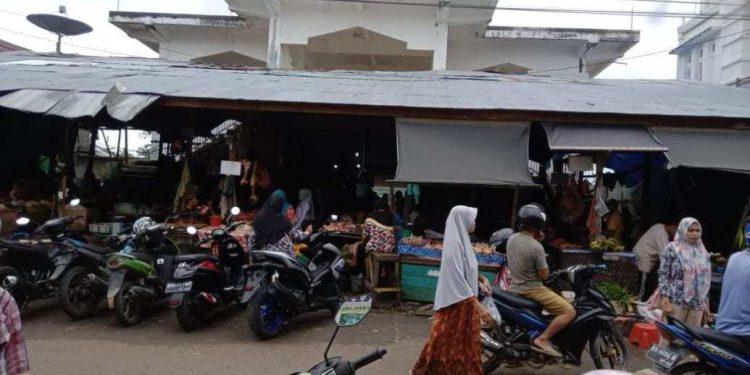 Para pedagang Pasar Pelita Hilir Puruk Cahu Murung Raya saat berjualan.