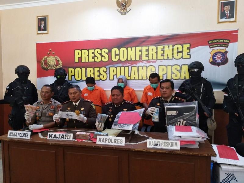 Kapolres Pulang Pisau, AKBP Siswo Yuwono BPM saat memberikan keterangan kepada awak media, saat press konferensi di Mapolres Pulpis, Rabu (10/7).
