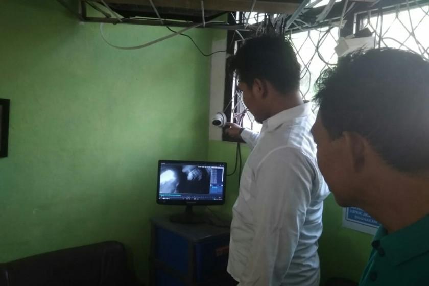 Guru SDN-1 Sidorejo saat mengecek hasil rekaman kamera CCTV terkait aksi pelaku pencurian, Rabu (3/7/2019).