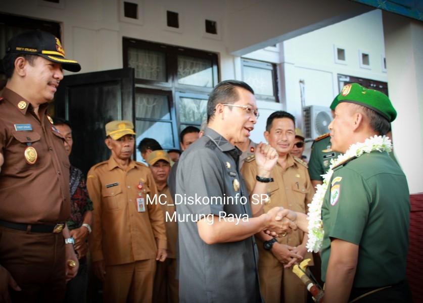 IST Diskominfo Mura - Bupati Mura Perdie saat menyambut kedatangan Danrem 102 Panjung-Panjung Kol Arm Saiful Rizal Senin (29/7/2019) sore.