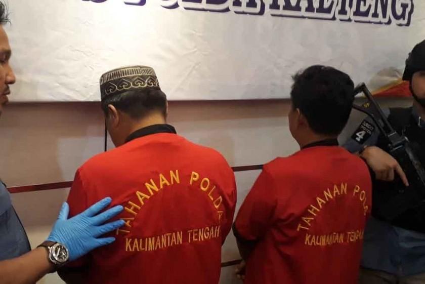 Dua pelaku saat diringkus anggota Tipiter Polda Kalteng,saat diekspos di Mapolda Senin (29/7/2019).