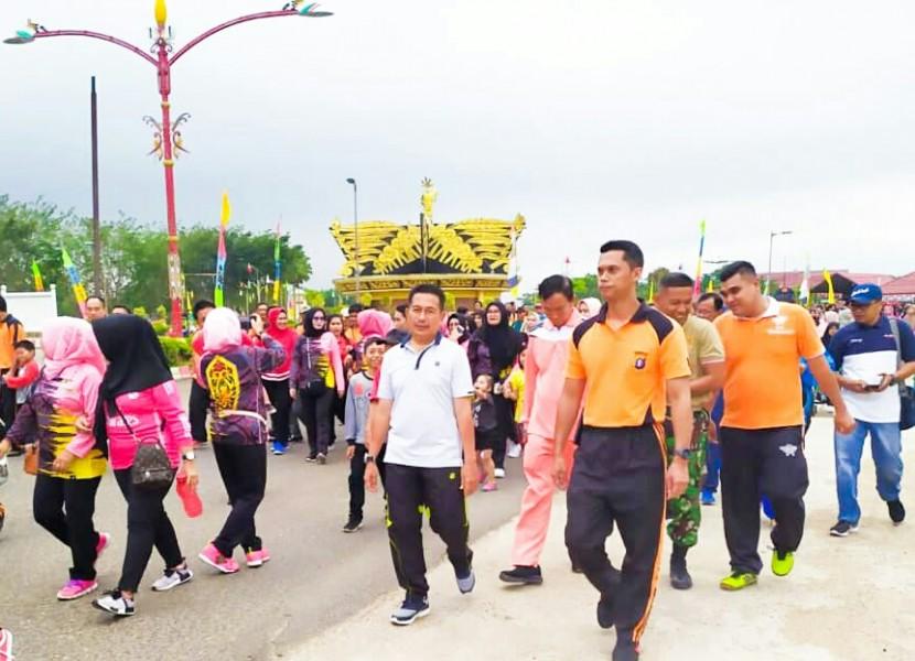 IST Wabup Mura Rejikinnor saat mengikuti jalan santai olahraga bersama yang digelar Polres Mura Minggu (1/6/2019).